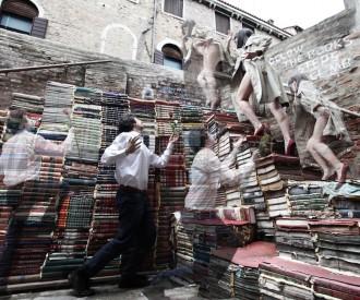 Fuite sur le mur de livres